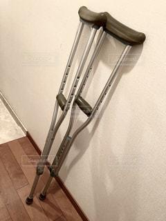 松葉杖の写真・画像素材[2300600]