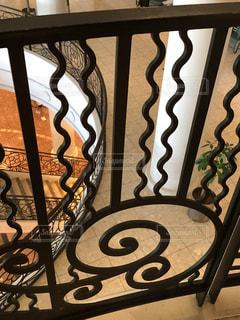 吹き抜け階段を手摺り越しに見下ろすの写真・画像素材[2380760]