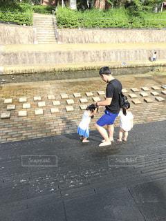 パパと水遊びの写真・画像素材[1357218]