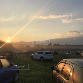 オートキャンプ場で富士山と朝日の写真・画像素材[1359486]