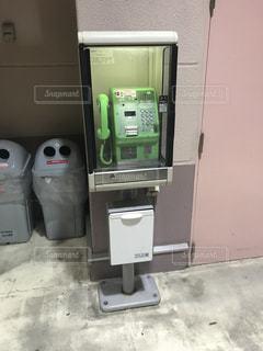 公衆電話とゴミ箱の写真・画像素材[1356147]