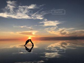 水の体に沈む夕日の写真・画像素材[1356820]