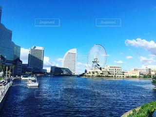 バック グラウンドで市と水の大きな体の写真・画像素材[1356763]