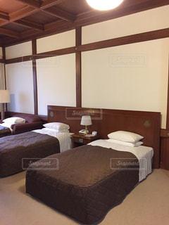 ホテルの部屋に大きなベッド付きのベッドルームの写真・画像素材[1362980]