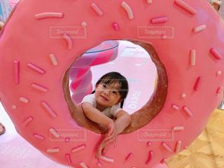 大きなピンクドーナッツの写真・画像素材[1375514]