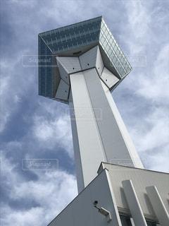 曇り青空と大きな背の高い塔の写真・画像素材[1457248]