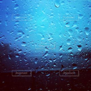 雨の中の建物の写真・画像素材[1360000]