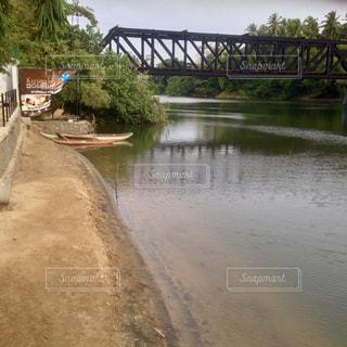 水の体の上を橋を渡る列車の写真・画像素材[1359791]