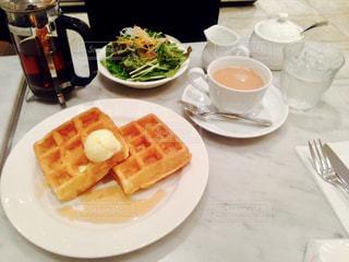 テーブルの上に食べ物のプレートの写真・画像素材[1359792]