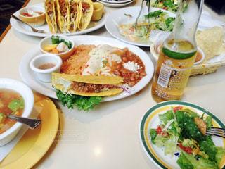 テーブルの上に食べ物のプレートの写真・画像素材[1359793]