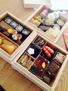 テーブルの上に食べ物でいっぱいなおせちの写真・画像素材[1359797]
