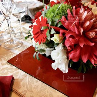 テーブルの上に花の写真・画像素材[1361375]