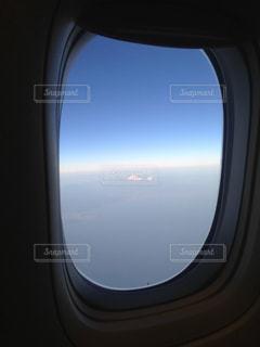 飛行機の窓の外の写真・画像素材[1362675]
