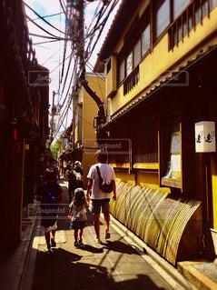 通りを歩く人々 のグループの写真・画像素材[1358495]