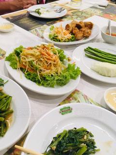 テーブルの上に食べ物のプレートの写真・画像素材[1535366]