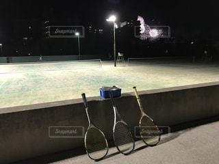 テニスコートと花火の写真・画像素材[1358590]