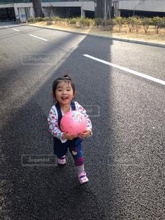 通りを歩きながら小さな女の子の写真・画像素材[1385709]
