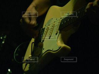 ギターを持つ手の写真・画像素材[1361295]