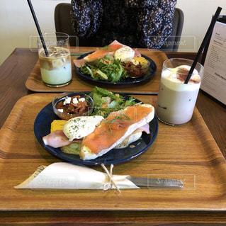 木製のテーブル、板の上に食べ物のプレートをトッピングの写真・画像素材[1747126]