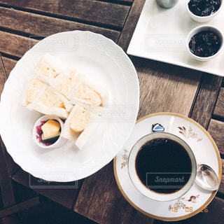 テーブルの上のコーヒー カップの写真・画像素材[1752824]