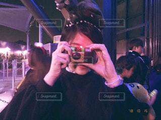 カメラにポーズ鏡の前に立っている男の写真・画像素材[1764285]