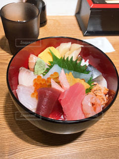 テーブルの上の食べ物の皿の写真・画像素材[2379306]