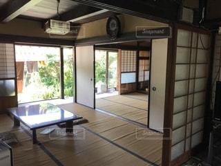 大きな窓付きの部屋の写真・画像素材[1360417]