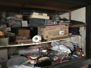 たくさんの荷物と雑然とした部屋の写真・画像素材[1384243]