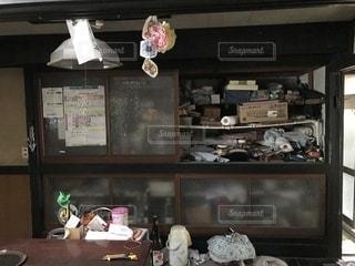 長く放置された古民家の台所の物入れの写真・画像素材[1384244]