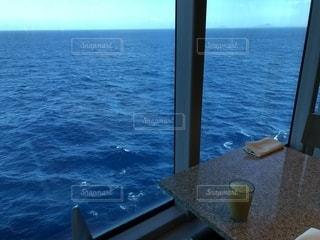 海を見ながら食事の写真・画像素材[1404855]