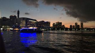 暗闇の中で市と水体の写真・画像素材[1360351]