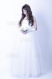 ドレスを着ている女性の写真・画像素材[1527248]