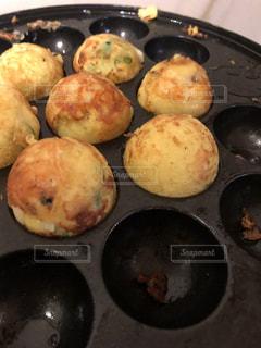 板の上に食べ物のパンの写真・画像素材[1360499]
