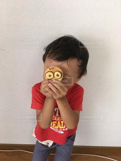ミニオンクッキーに大喜びの3歳児の写真・画像素材[1360559]