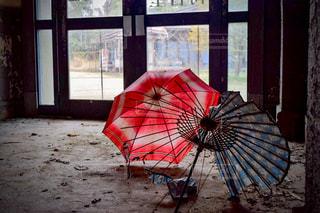 廃墟と和傘の写真・画像素材[1361130]