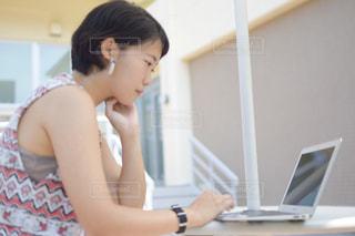 パソコンを使用する女性の写真・画像素材[1363215]