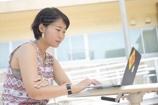 パソコンに向かう女性の写真・画像素材[1430628]