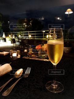 ワイングラスをテーブルの上のビールのグラスの写真・画像素材[1417483]
