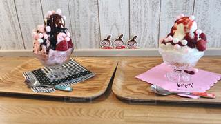 木製テーブルの上に座っているケーキの写真・画像素材[1362250]