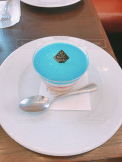 テーブルの上の白い皿の写真・画像素材[1361489]