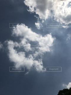 青い空に雲の写真・画像素材[1384826]