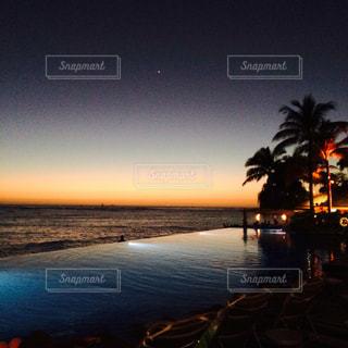 夕暮れのビーチの写真・画像素材[1364138]