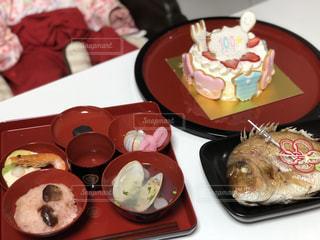 テーブルの上に食べ物のトレイの写真・画像素材[1363104]
