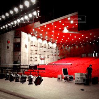 ホールのステージで照明と音響の仕込みの写真・画像素材[1366135]