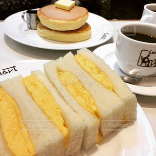 玉子サンドとホットケーキとコーヒーの写真・画像素材[1366153]