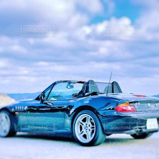 青い車を駐車場に駐車の写真・画像素材[1362886]