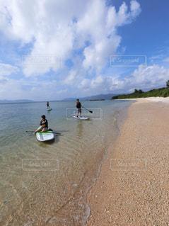 水の体の近くのビーチの人々 のグループの写真・画像素材[1363197]