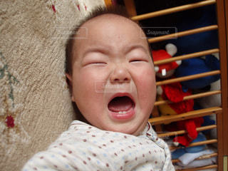 赤ん坊を持っている人の写真・画像素材[1376523]