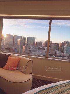大きな窓のあるリビングルームの眺めの写真・画像素材[2139477]