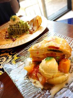 テーブルの上に食べ物のプレートの写真・画像素材[1363589]